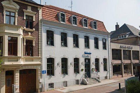 In prijs verlaagd!!!!! Dit sfeervol karakteristiek pand in het centrum van Vaals is te koop aan de Lindenstraat 1  - WijzerWonen